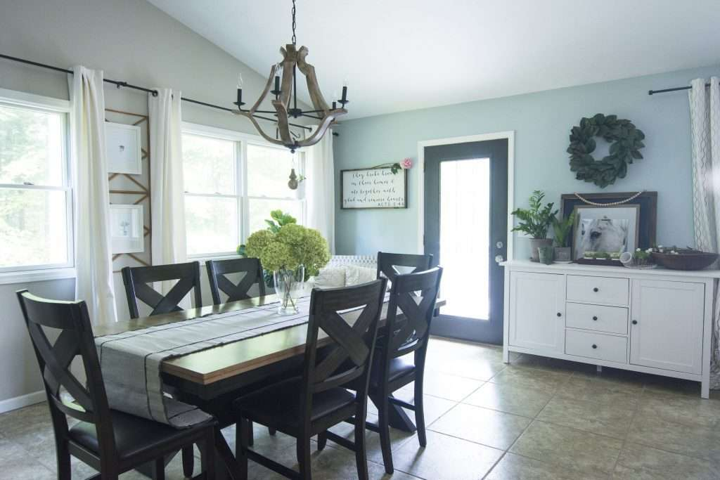 A modern farmhouse chandelier makes the space in this dining room