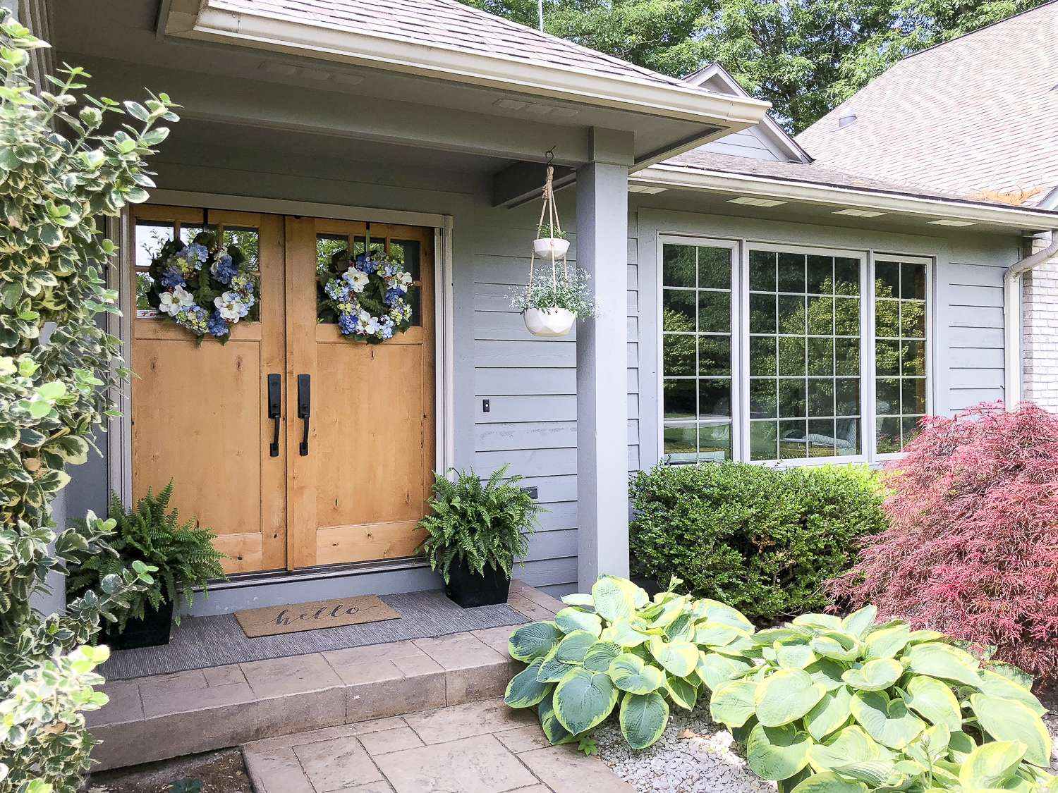 How To Create a Welcoming Summer Entryway. Easy ideas to design your summer entryway for easy, breezy, & simple entertaining. Welcome your guests with style.