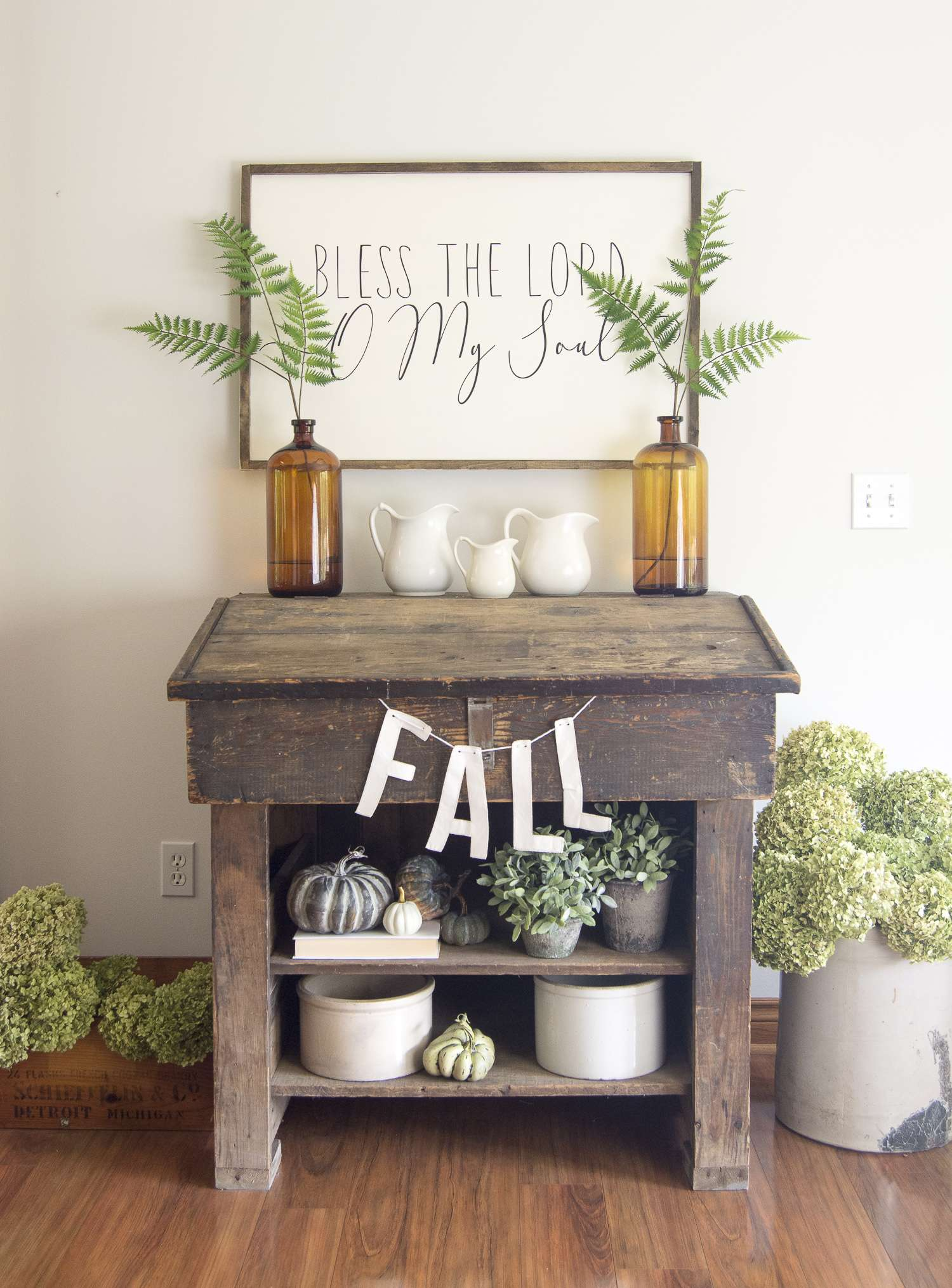 Cozy fall decor is a lovely way to usher in autumn! Read more to see how to use florals as a part of your fall decor, +12 inspiring fall home tours! #falldecor