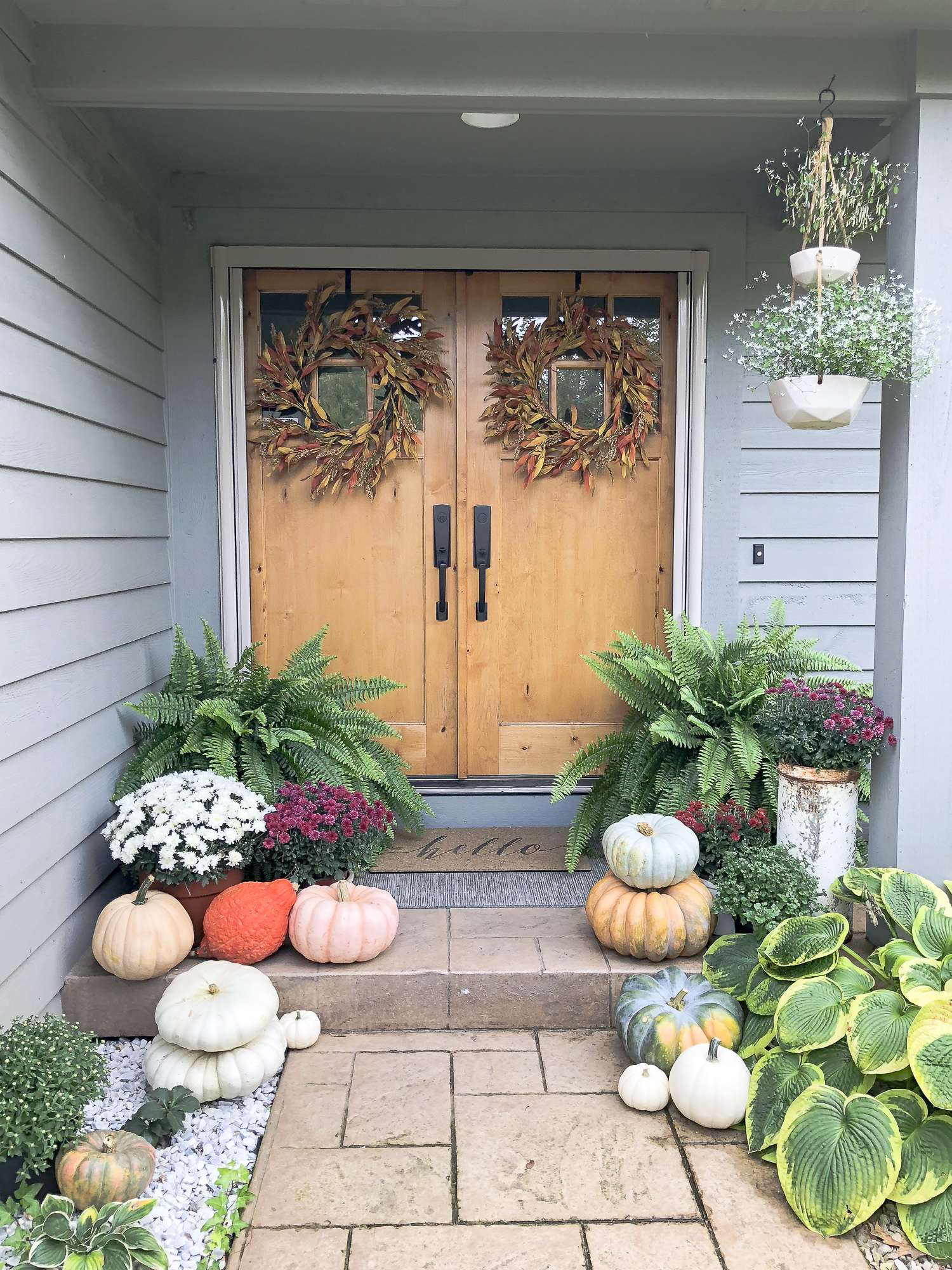 Click here to learn 3 easy steps for how to incorporate nature into your fall porch decor to create a beautiful, colorful and inviting fall front porch.