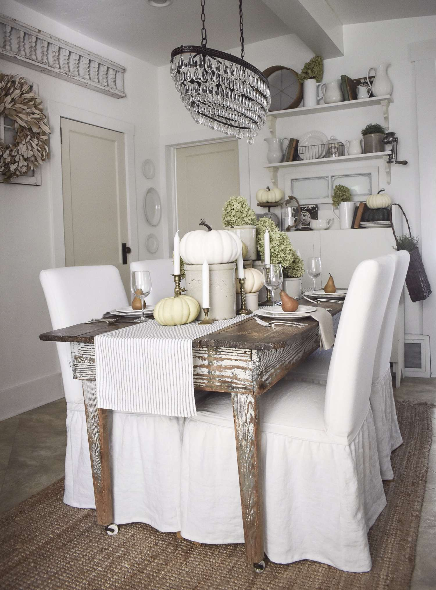 Do you love the vintage farmhouse design style? It is one of my favorite styles for home design and I have some amazing home inspiration to share today!