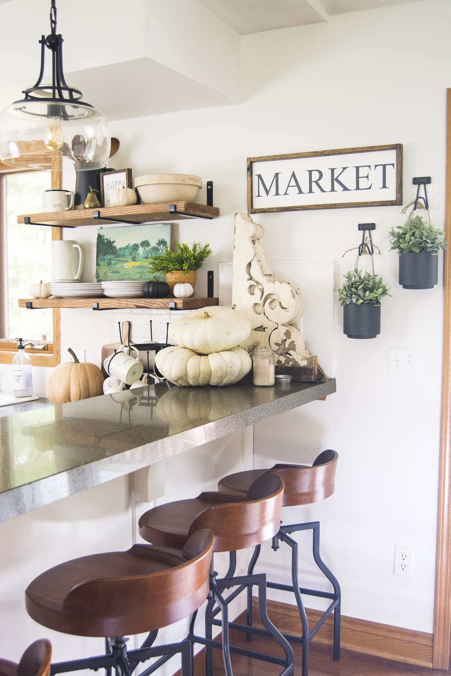 Dining in the Fall | Read more to see simple and affordable fall decor ideas for the kitchen and dining room! #falldecorideas #kitchendecor