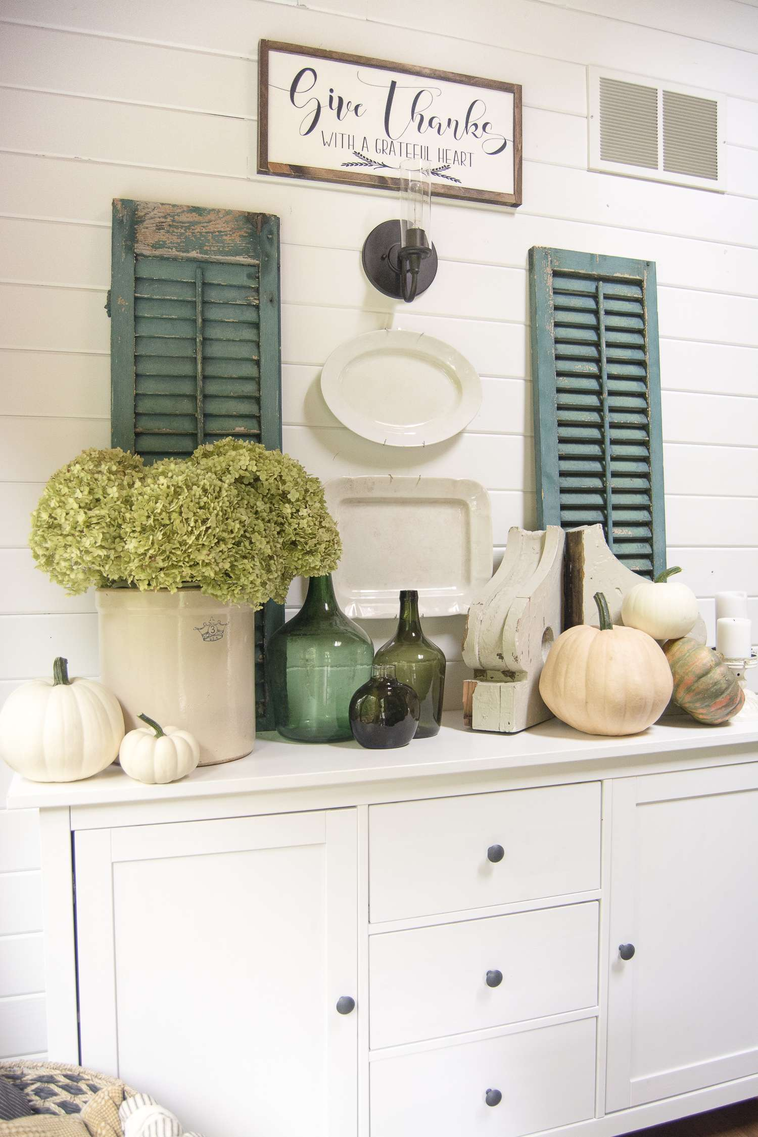Dining in the Fall | Read more to see simple and affordable fall decor ideas for the kitchen and dining room! #falldecorideas #diningroomdecor