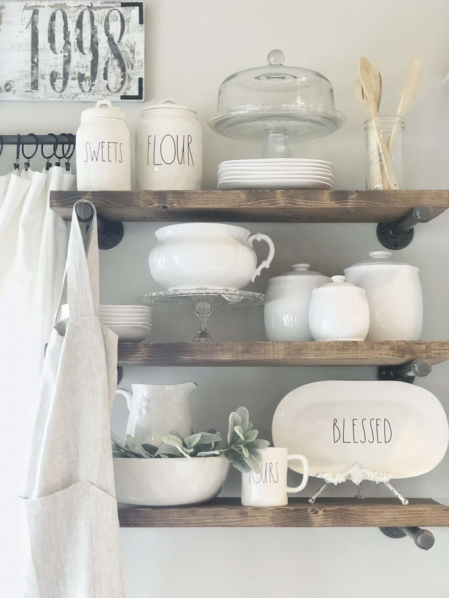 Do you love the traditional farmhouse design style? It is one of my favorite styles for home design and I have some amazing home inspiration to share today!