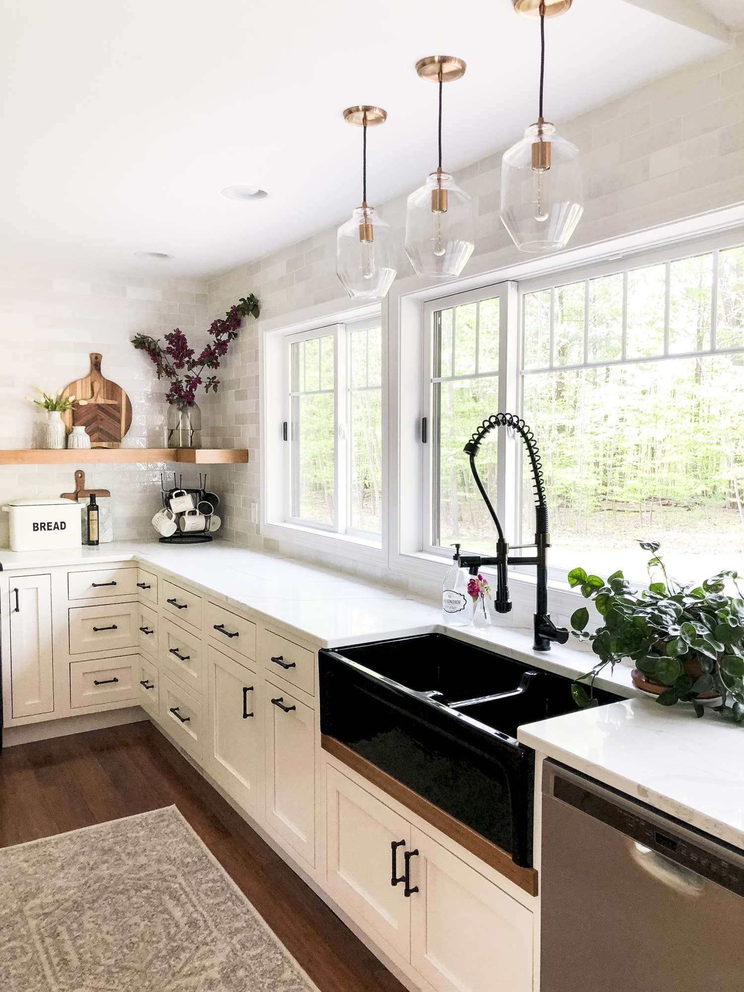 Do you love modern farmhouse style? Here are tips for how to use a black sink to anchor your kitchen remodel design. Plus, how to mix finishes! #fromhousetohaven #blackfarmhousesink #farmhousesink
