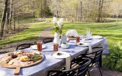 Summer dinner parties should be laid back and fun! Use these simple summer dinner party ideas with 5 tablescape essentials for your next outdoor party! #summerdining #summerparty #tablescapeideas
