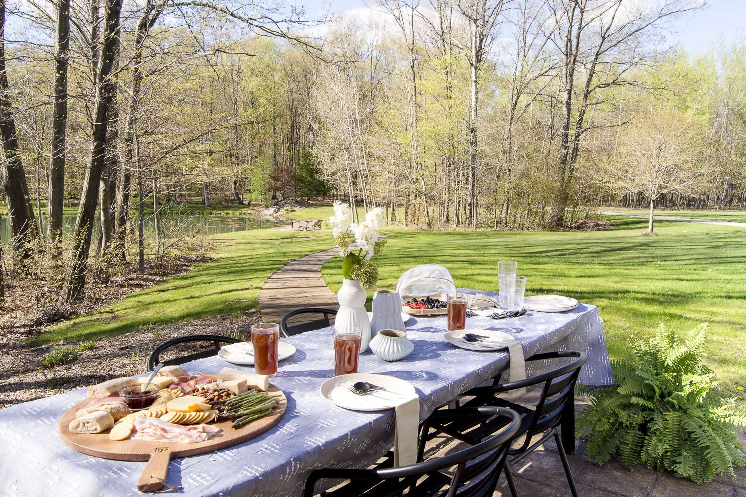 Summer dinner parties should be laid back and fun! Use these simple summer dinner party ideas with 5 tablescape essentials for your next outdoor party! #summerdinnerparty #dinnerparty #outdoortablescape