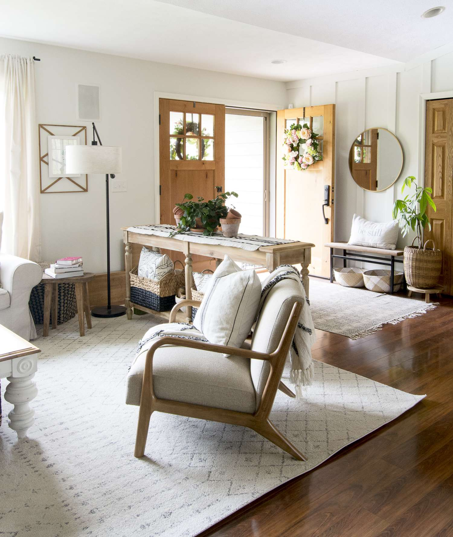 Do you love clean lines but crave cozy home decor? Learn how to get the modern farmouse living room look with simple design tips for the everyday home. #fromhousetohaven #modernfarmhouse #livingroomdecor
