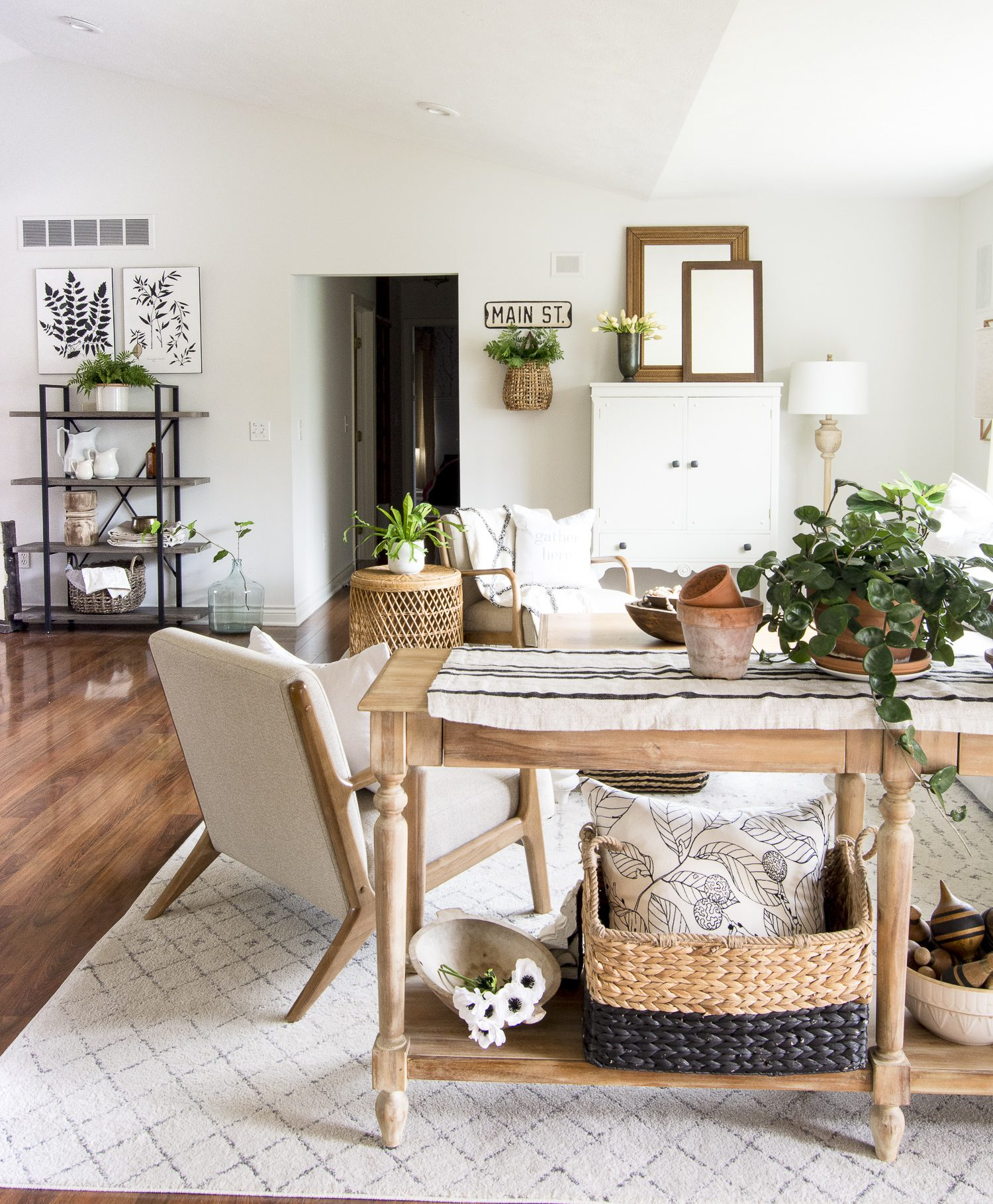 Modern Farmhouse Living Room Design Ideas #fromhousetohaven #boardandbatten #accentwall