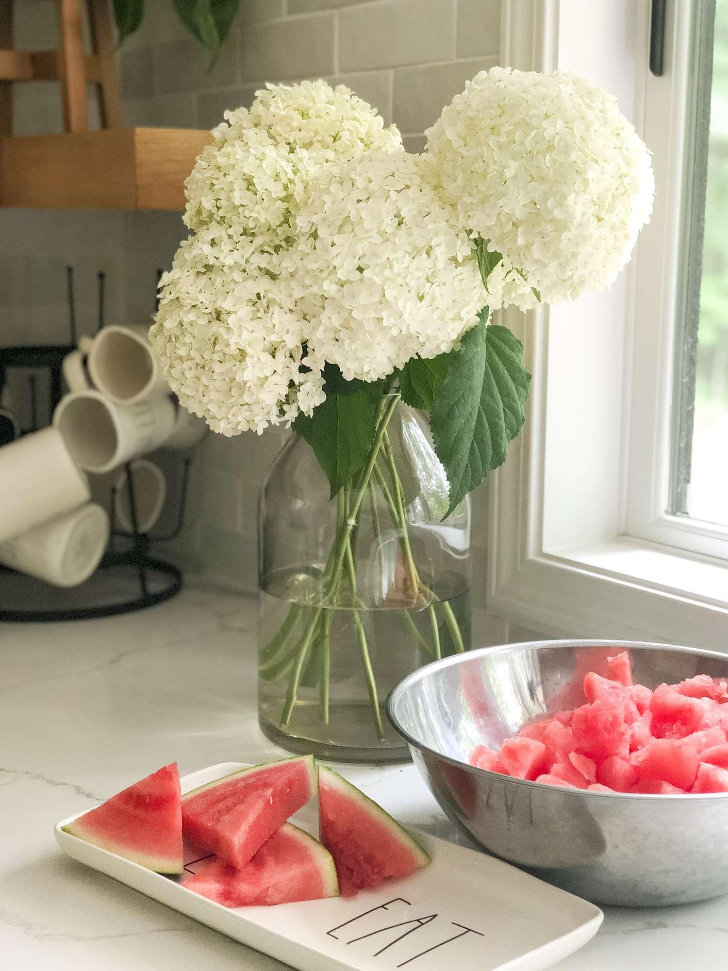 """Aimez-vous la pastèque? Ce fruit rafraîchissant est un ajout facile à une fête d'été. Découvrez la meilleure façon de couper la pastèque et 7 idées de recettes de pastèques. """"Class ="""" wp-image-6752 """"srcset ="""" https://graceinmyspace.com/wp-content/uploads/2019/07/How-to-Cut- Watermelon-www.graceinmyspace.com_.jpg 1500w, https://graceinmyspace.com/wp-content/uploads/2019/07/How-to-Cut-Watermelon-www.graceinmyspace.com_-225x300.jpg 225w, https: //graceinmyspace.com/wp-content/uploads/2019/07/How-tom-Cut-Watermelon-www.graceinmyspace.com_-768x1024.jpg 768w, https://graceinmyspace.com/wp-content/uploads/2019 /07/How-to-Cut-Watermelon-www.graceinmyspace.com_-735x980.jpg 735w """"tailles ="""" (largeur maximale: 1500px) 100vw, 1500px """"data-jpibfi-post-excerpt ="""" Aimez-vous la pastèque? Ce fruit rafraîchissant est un ajout facile à une fête d'été. Découvrez la meilleure façon de couper la pastèque et 7 idées de recettes de pastèques. """"Data-jpibfi-post-url ="""" https://graceinmyspace.com/watermelon-recipe-ideas-easiest-way-tocut-watermelon/ """"data- jpibfi-post-title = """"Idées de recettes de pastèque + Le moyen le plus simple de couper une pastèque"""" data-jpibfi-src = """"https://graceinmyspace.com/wp-content/uploads/2019/07/How-to-Cut-Watermelon- www.graceinmyspace.com_.jpg """"/></figure> </div> <h3>Pastèque en boule</h3> <p>Si vous voulez créer un look un peu plus chic pour servir votre melon d'eau, essayez un pichet à glace! Cela créera de plus grosses boules de pastèque. Remarque: elles ne seront pas aussi jolies qu'une ballerine de melon d'eau pourrait créer. Cependant, pour ceux d'entre nous qui ne veulent pas ajouter des outils plus rarement utilisés à notre cuisine, une cuillère à crème glacée fait le tour!</p> <div class="""
