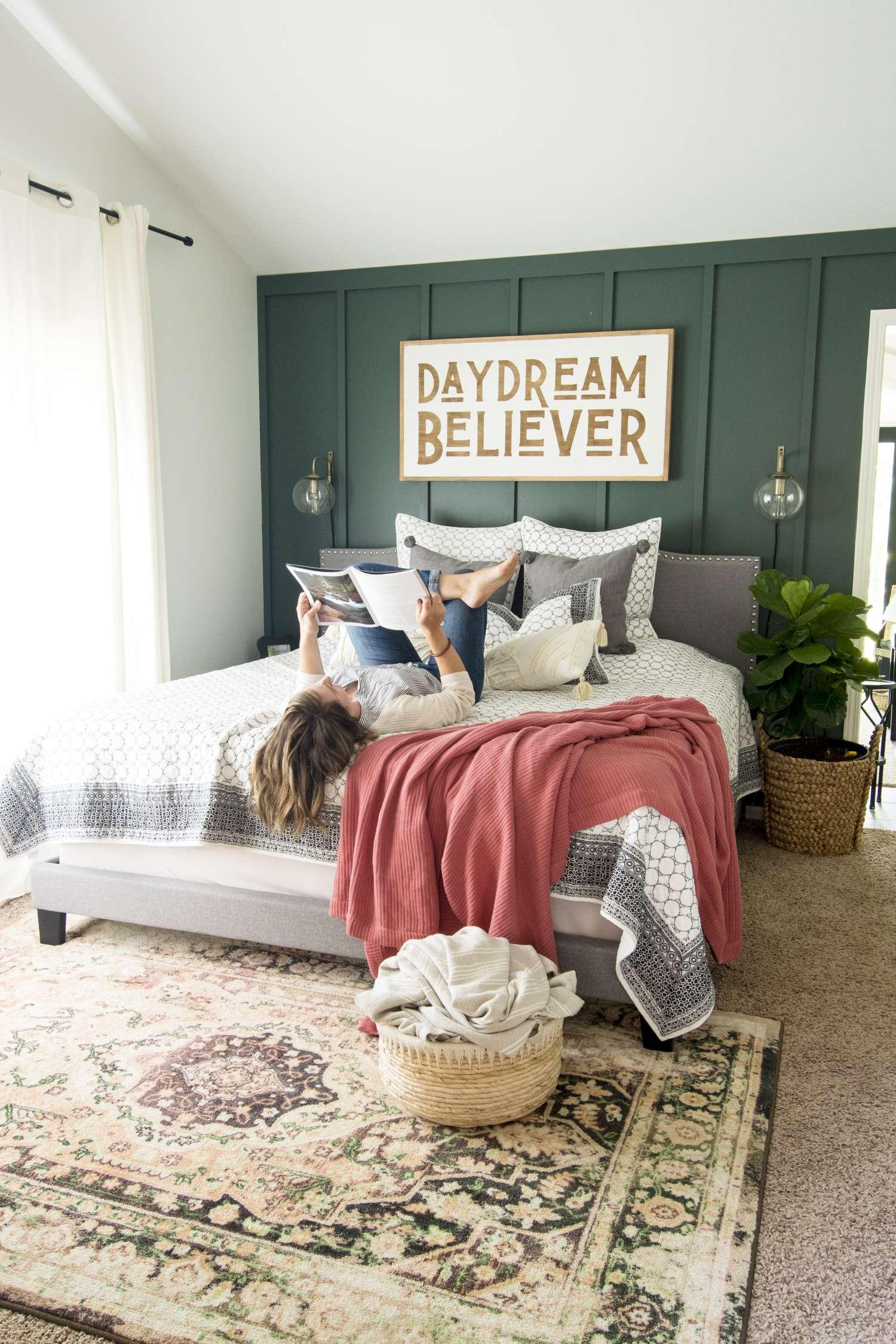 Fall modern farmhouse bedroom decor.