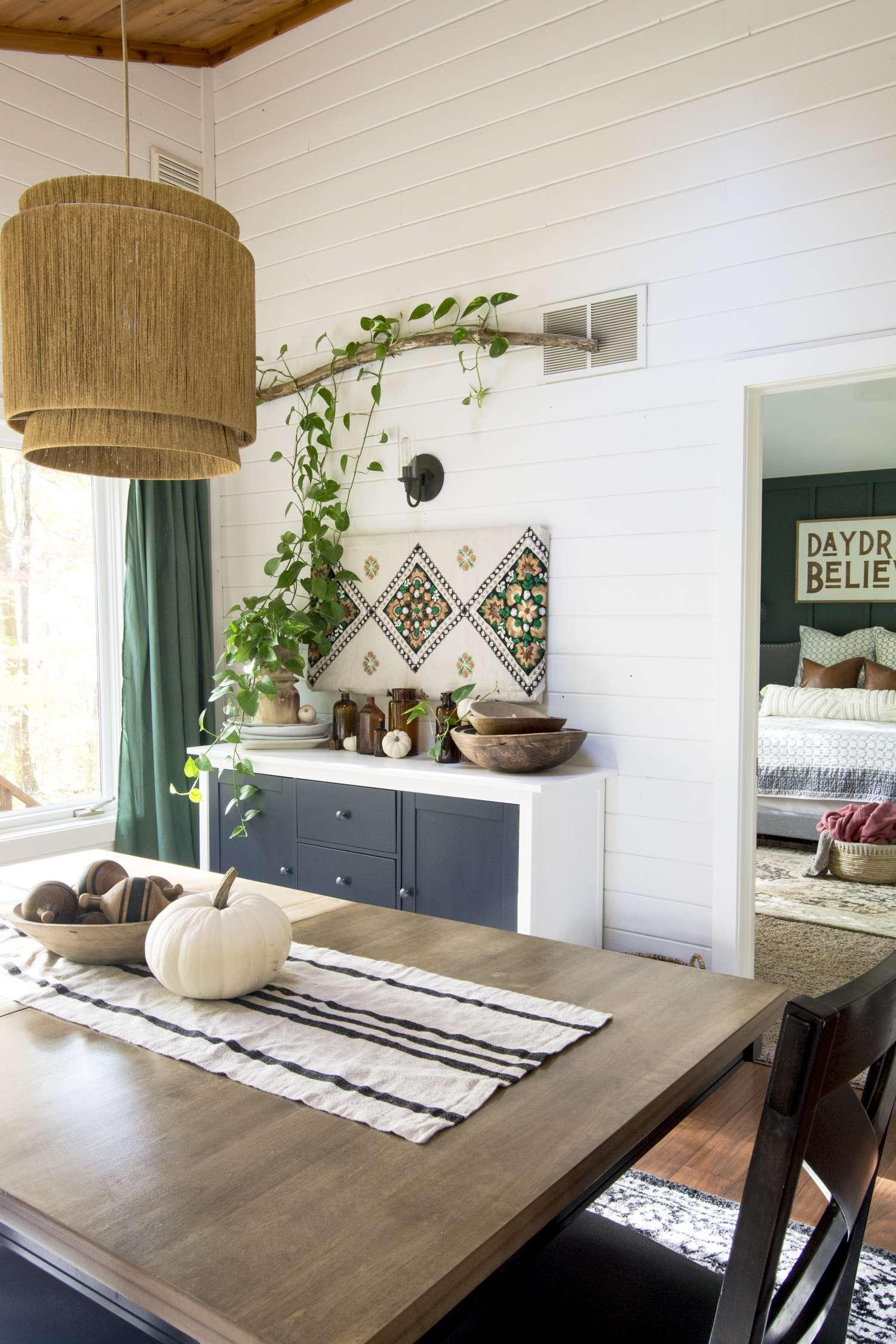 Modern farmhouse dining room.