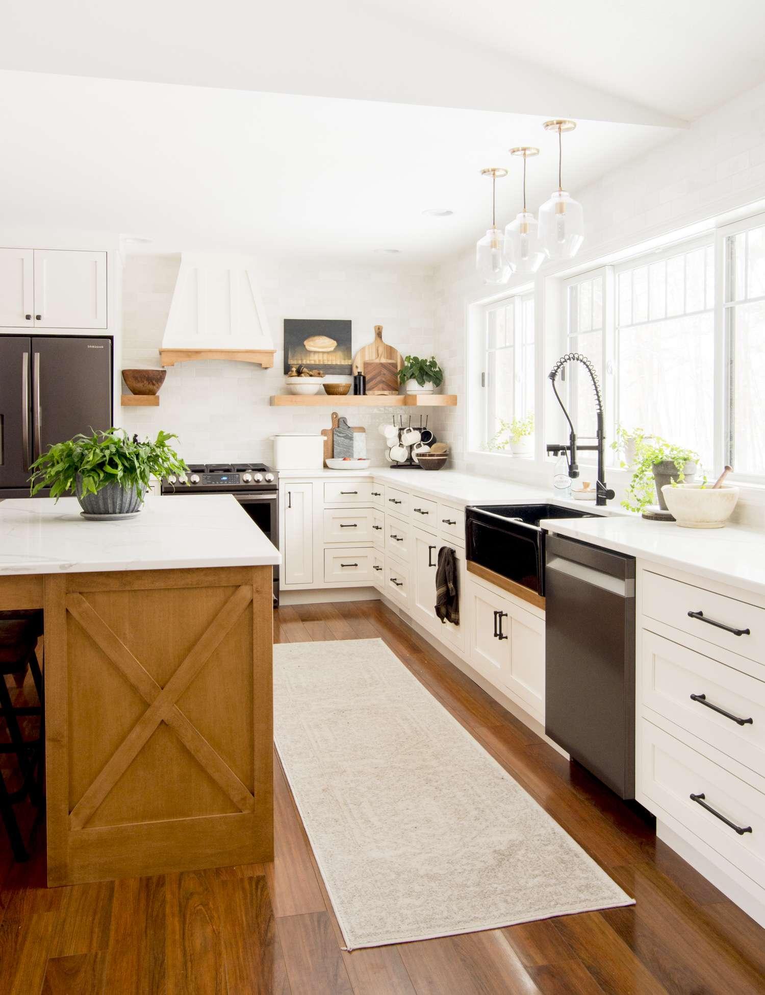 Modern farmhouse kitchen design.