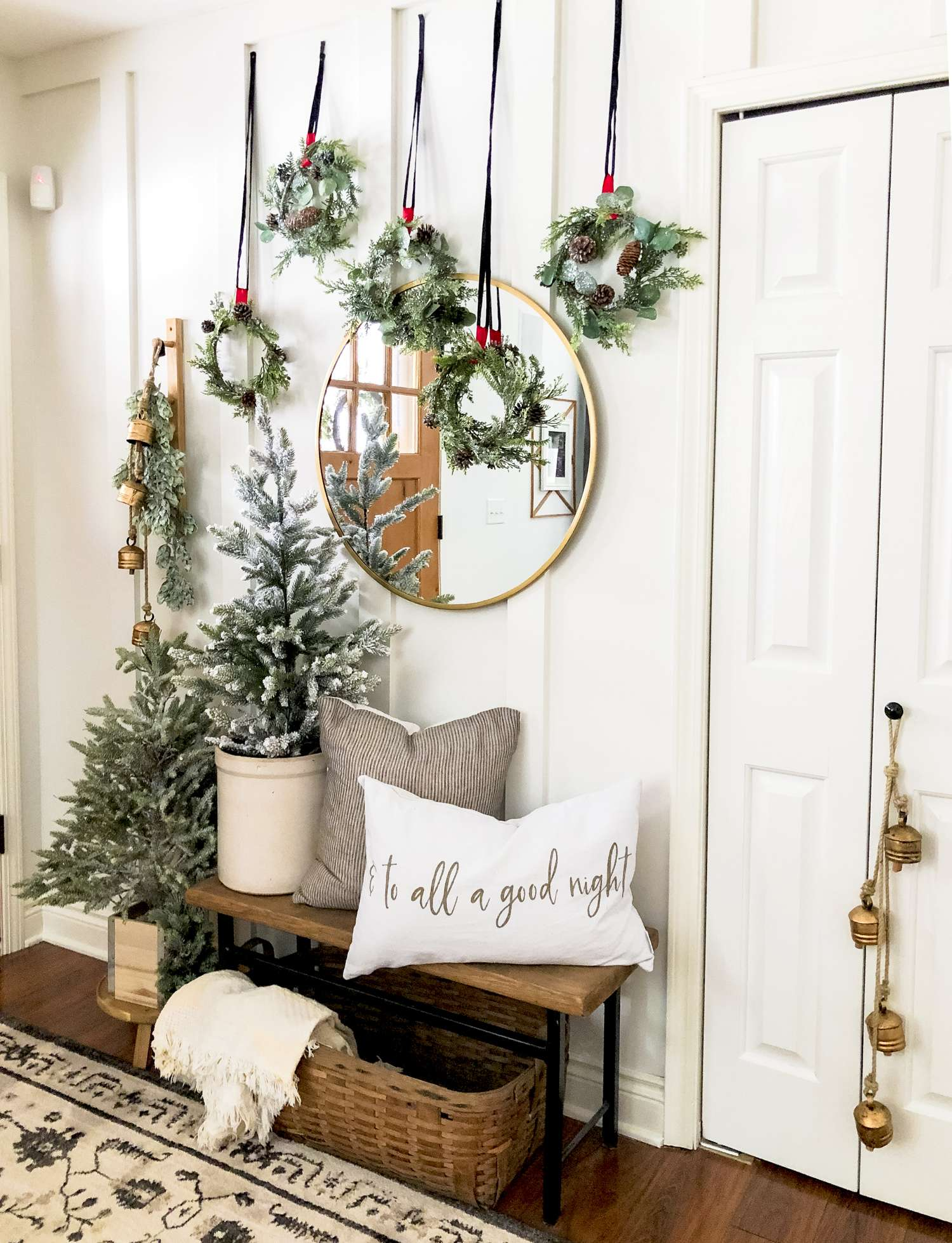 Christmas Decor in the Entryway.