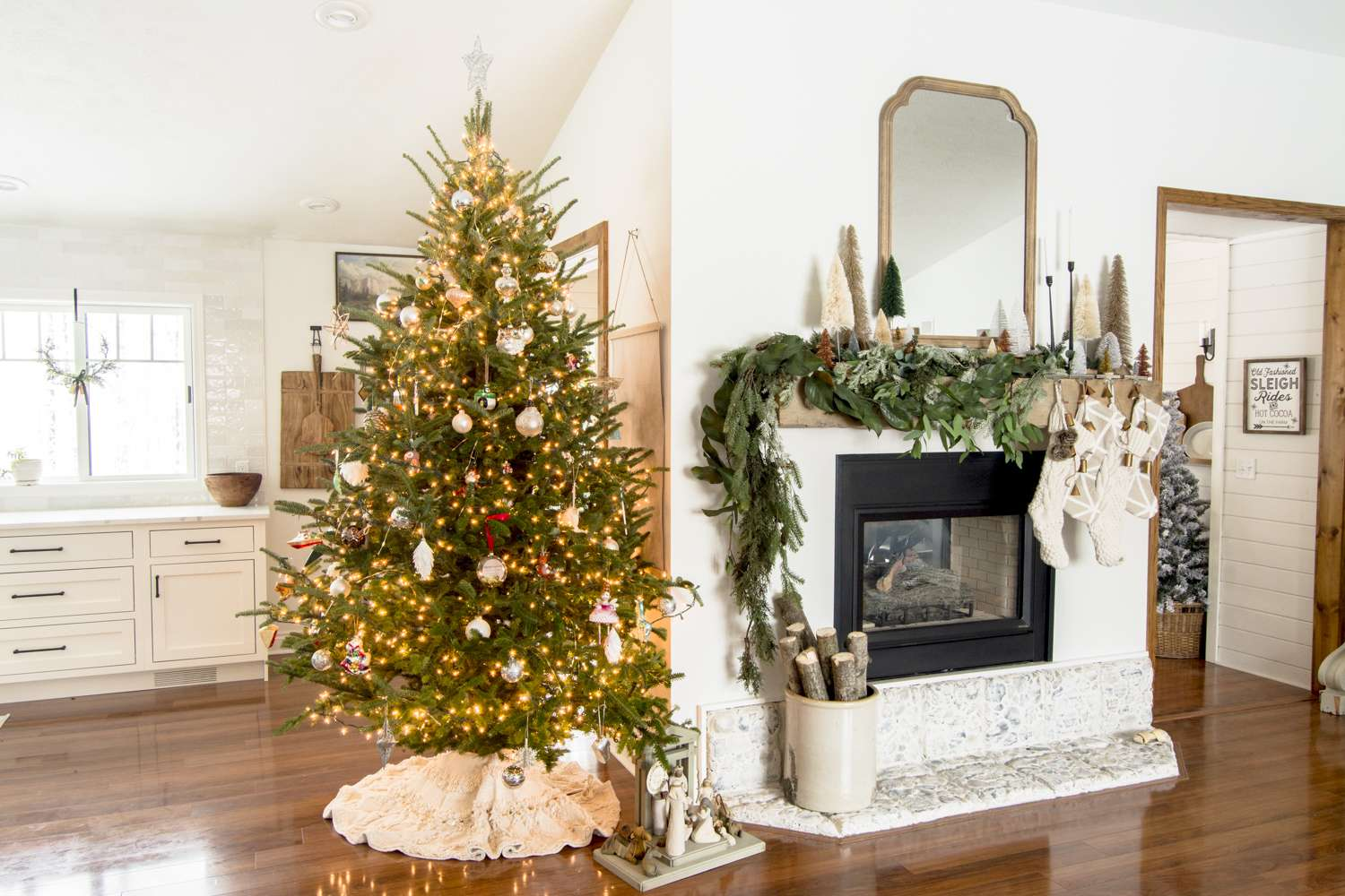 Choosing family Christmas tree decor can be both meaninful and elegant! Learn how to decorate your Christmas tree in a way the whole family will enjoy.