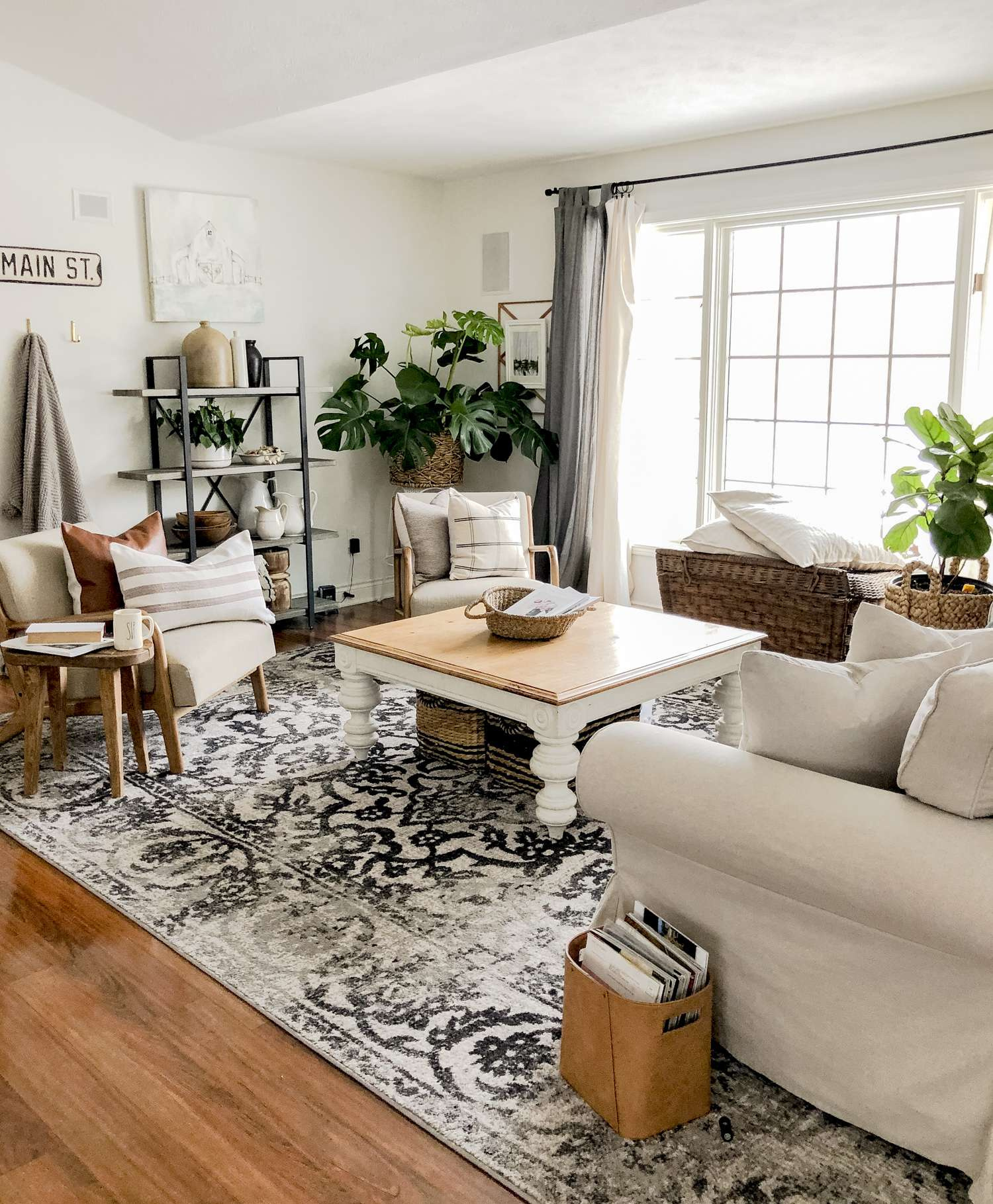 Modern farmhouse living room decor.