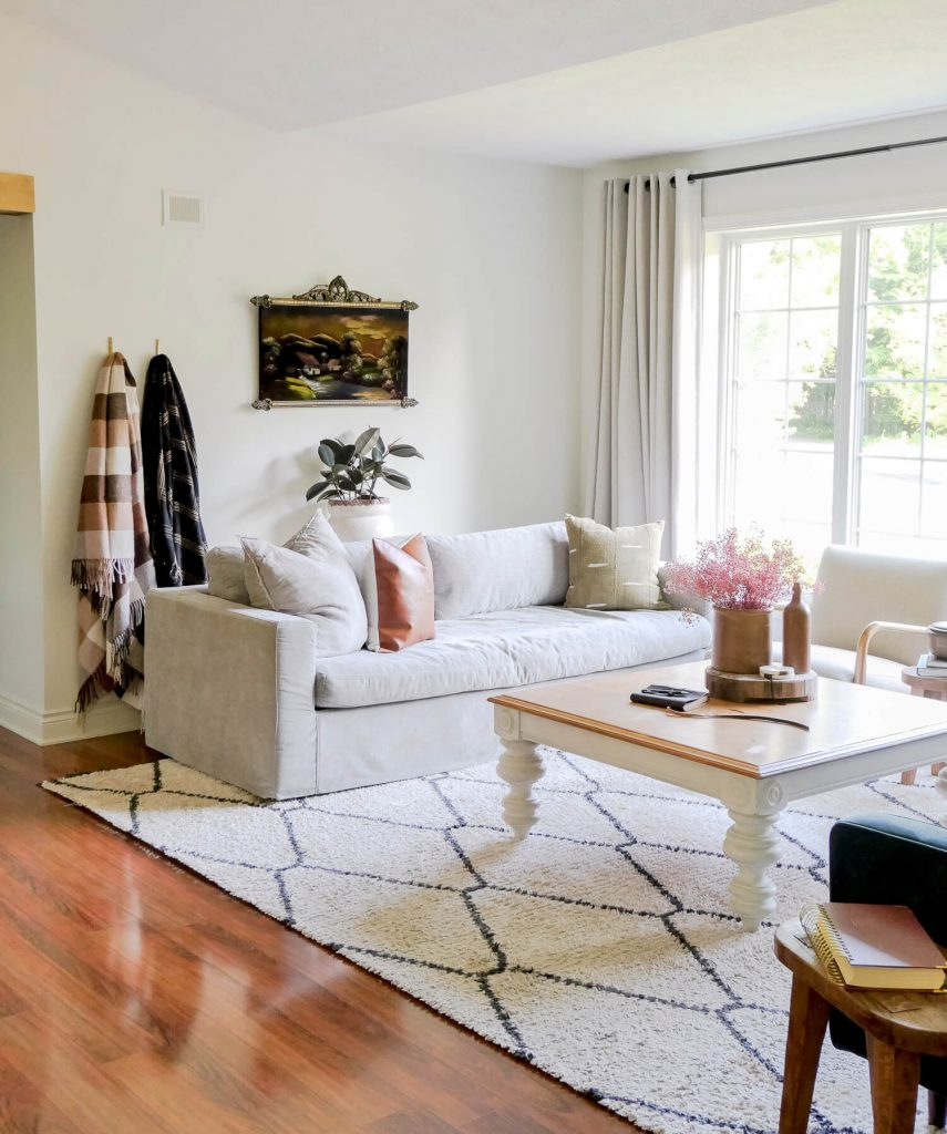 Neutral fall decor ideas in a living room.